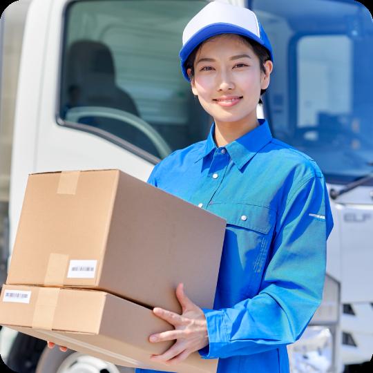 不用品を運ぶ女性スタッフ